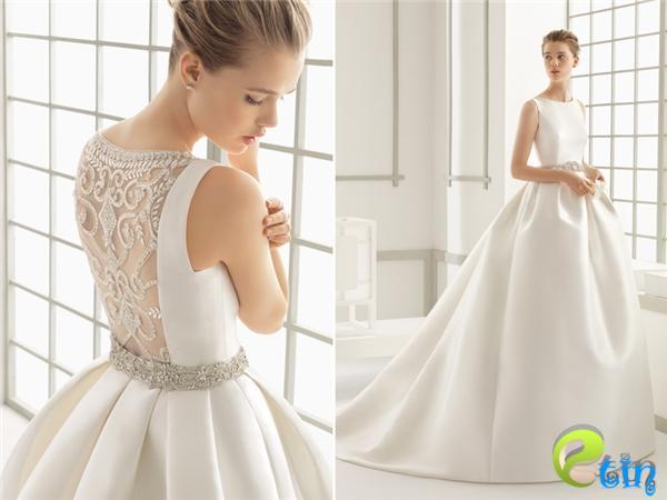 Chiếc váy cưới thuộc hãng Rosa Clara chứng minh rằngđẳng cấp không ở những viên đá đính kèm mà nằm ở sự tinh tế, đơn giản. Chất liệu vải sang trọng và những nếp gấp hoàn hảo khiến cho người mặc trở nên cực kìlộng lẫy.(Ảnh:Internet)