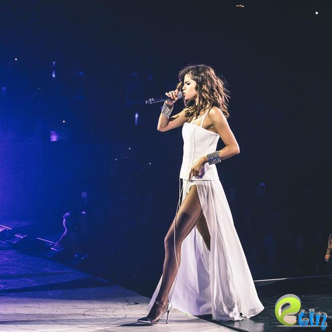Selena Gomez lại khiến fan rạo rực với loạt trang phục biểu diễn trong tour mới nhất - Ảnh 14.