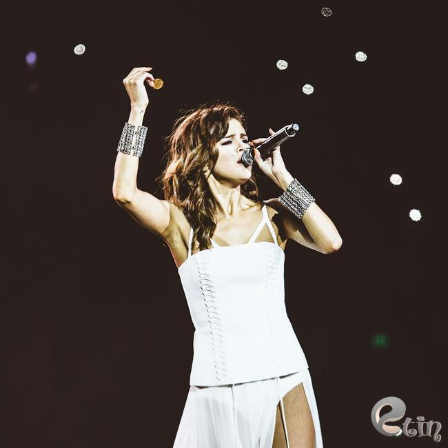 Selena Gomez lại khiến fan rạo rực với loạt trang phục biểu diễn trong tour mới nhất - Ảnh 15.