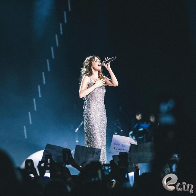 Selena Gomez lại khiến fan rạo rực với loạt trang phục biểu diễn trong tour mới nhất - Ảnh 18.