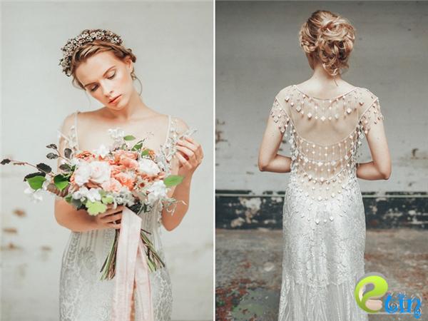 Thiết kế củaClaire Pettibone tôn vinh đôi vai trần mỏng manh của cô dâu bằng những đường xẻ mềm mại. Bên cạnh đó, những dải đăng ten đính hạt khiến chủ nhân chiếc váy yêu kiều vàlộng lẫy hơn bao giờhết.(Ảnh:Internet)