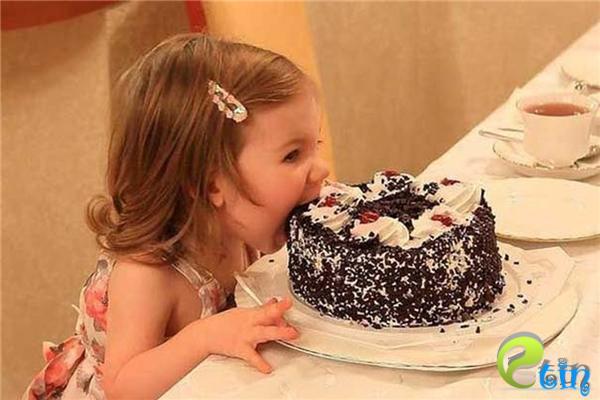 Mẹ dặn là đừng dùng tay bốc bánh, nhưng mẹ lại không dặn là đừng dùng răng.
