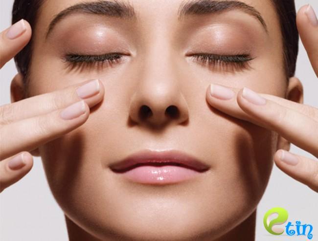 Massage vùng mắt nên dùng tác động nhẹ nhàng