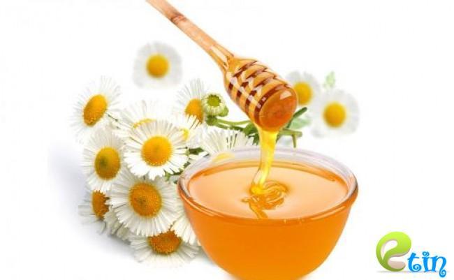 Mặt nạ trắng da từ hoa cúc và mật ong