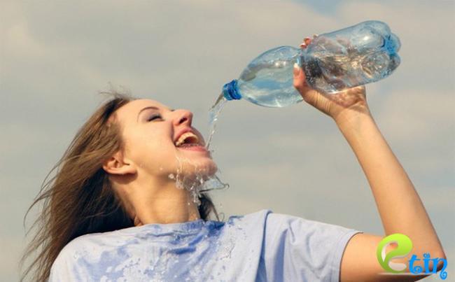 Uống nhiều nước để tăng độ ẩm cho đôi môi