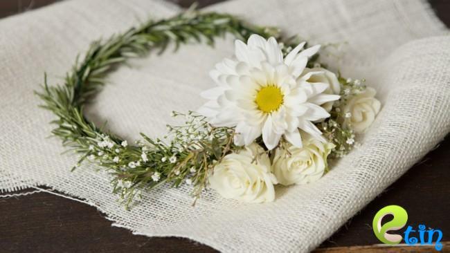 Nước rửa mặt làm trắng da từ hoa cúc và lá hương thảo
