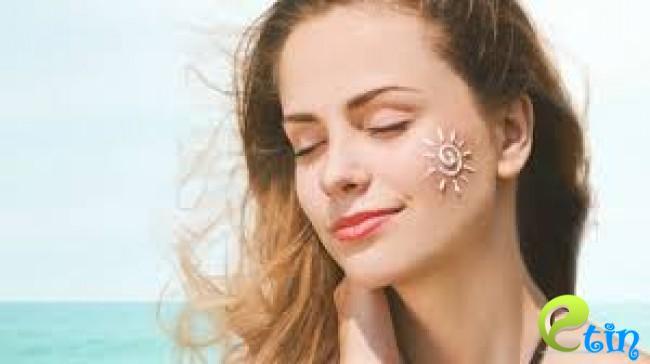 Bôi kem chống nắng để tránh da bị giãn mao mạch khi tiếp xúc với tia UV cường độ mạnh